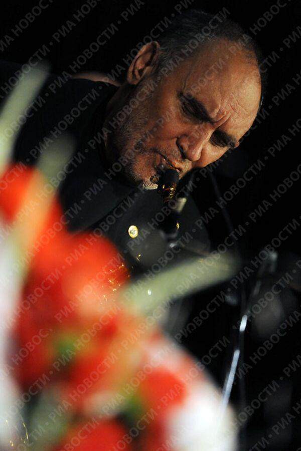 Саксофонист Алексей Козлов на церемонии прощания с писателем Василием Аксеновым в Центральном Доме литераторов