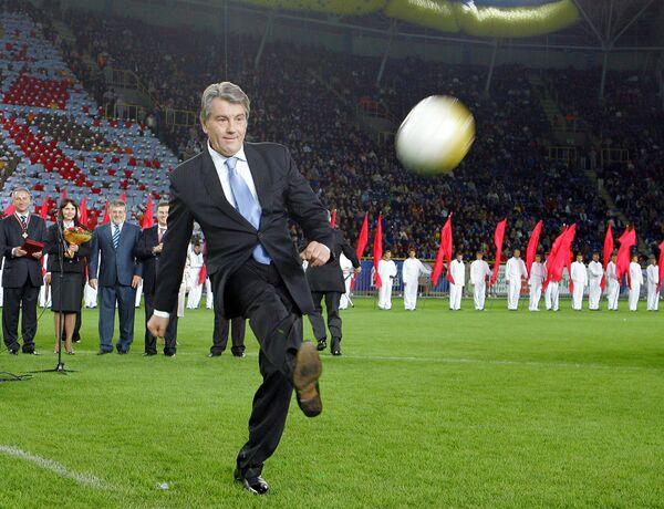 Виктора Ющенко освистали на открытии стадиона в Донецке