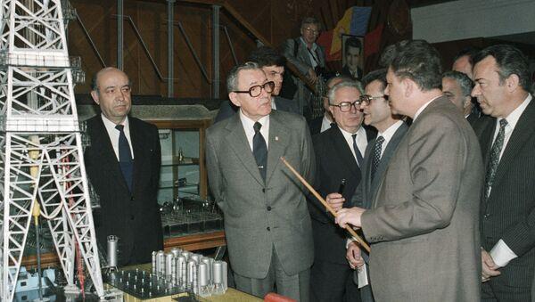 Андрей Громыко во время посещения завода нефтяного машиностроения