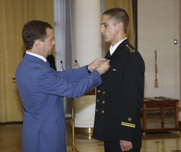 Медведев вручил государственные награды российским морякам, которые боролись с пиратами в Аденском заливе
