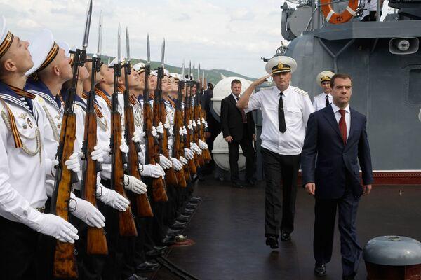 Президент РФ Дмитрий Медведев осмотрел ракетный крейсер Москва