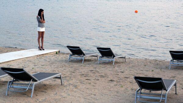 Отдыхающие на берегу Химкинского водохранилища на территории BEACH CLUB