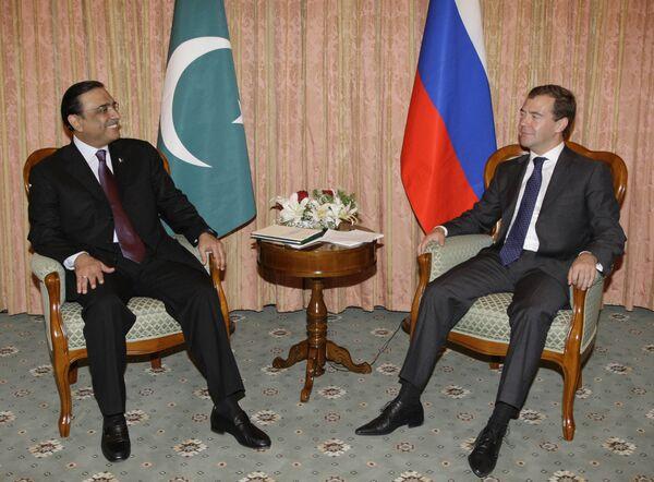Президент России Дмитрий Медведев и президент Пакистана Асиф али Зардари. Архив