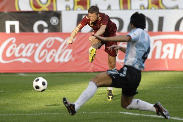Гол в ворота сборной Аргентины забивает Игорь Семшов (№ 8)