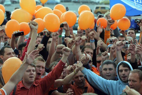 Футбольные болельщики Зенита во время проводов бывшего главного тренера голландца Дика Адвокаата