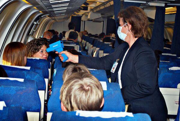 Грипп A1/H1N1. Проверка температуры перед выходом из самолета в Москве