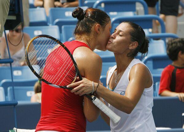 Российская теннисистка Динара Сафина (в красном) и итальянская теннисистка Флавия Пеннетта (в белом)