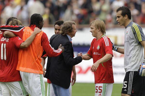 Юрий Семин (в центре слева) и футболисты Локомотива