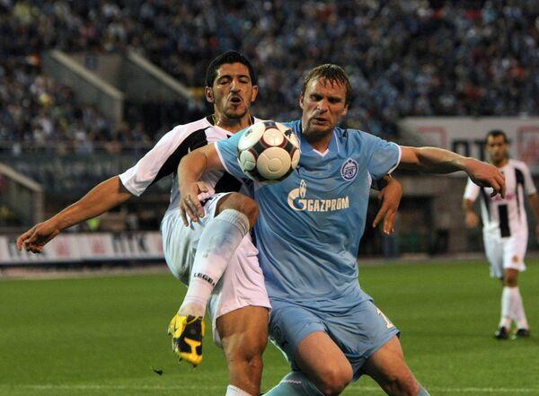 Защитник Насьонала и нападающий Зенита Сергей Корниленко (слева направо)