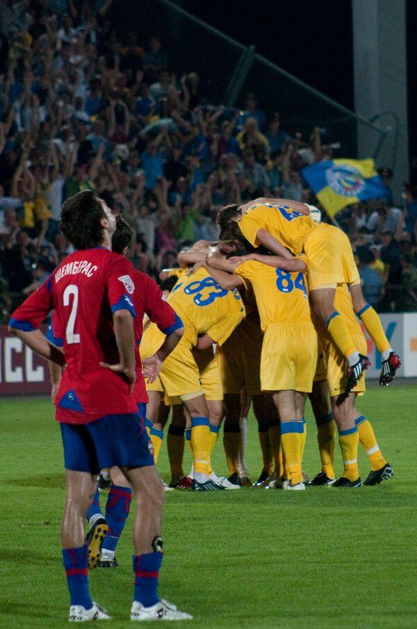 Игроки Ростова радуются забитому мячу в ворота армейцев