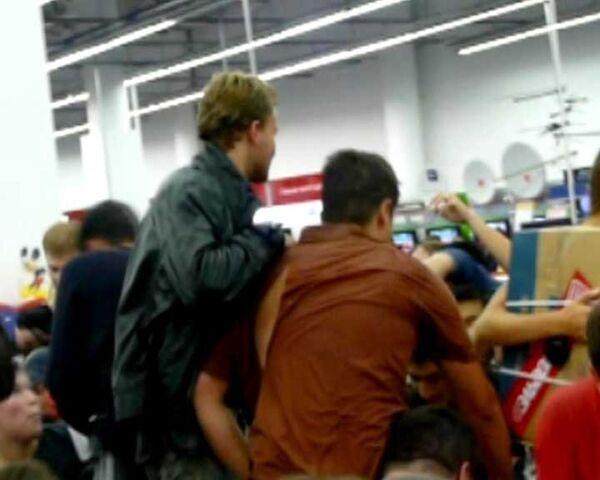 Давка в Эльдорадо во время распродажи ноутбуков. Видео очевидца