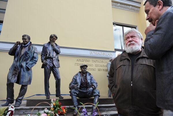 Памятник Тарковскому, Шукшину и Шпаликову входа во ВГИК