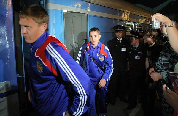 Футболисты Александр Бухаров и Владимир Быстров (слева направо)