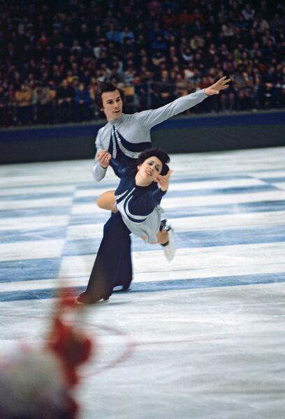 Советские фигуристы И.Роднина и В.Зайцев во время выступления
