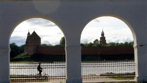 Вид на Кремль со стороны торговых рядов в Новгороде