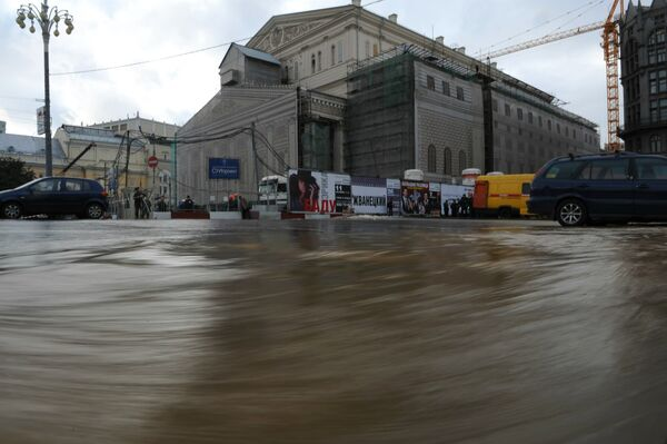 Авария на водопроводе у здания Большого театра в Москве