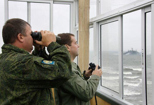 Президент РФ Дмитрий Медведев и министр обороны РФ Анатолий Сердюков наблюдают за оперативно-стратегическими учениями Запад-2009