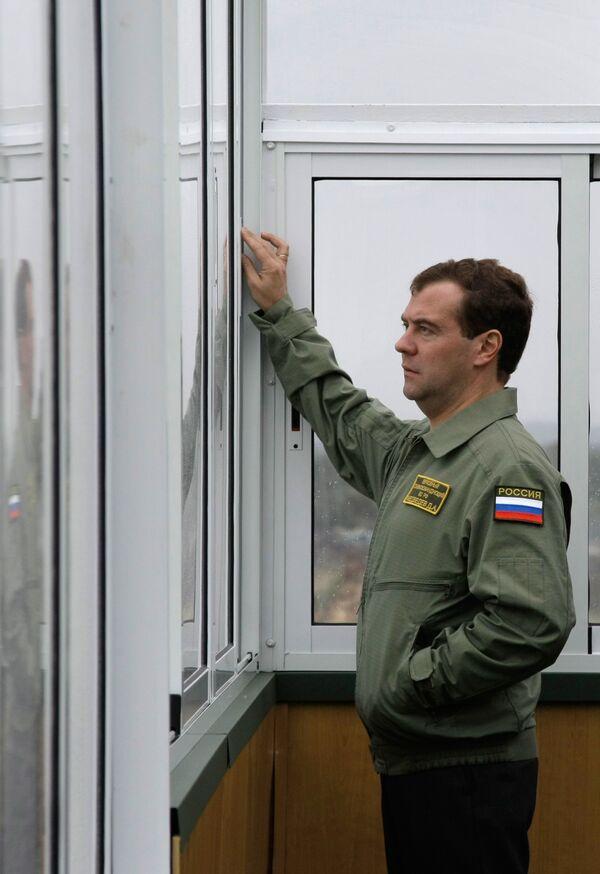 Президент РФ Дмитрий Медведев наблюдает за оперативно-стратегическими учениями Запад-2009
