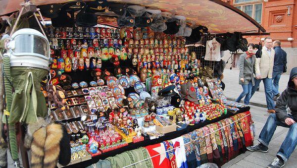 Продажа сувениров в Москве. Архивное фото