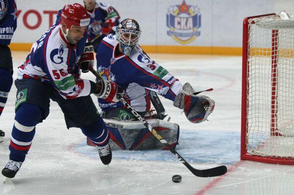 Сергей Зубов (с шайбой)  и  Роберт Эш
