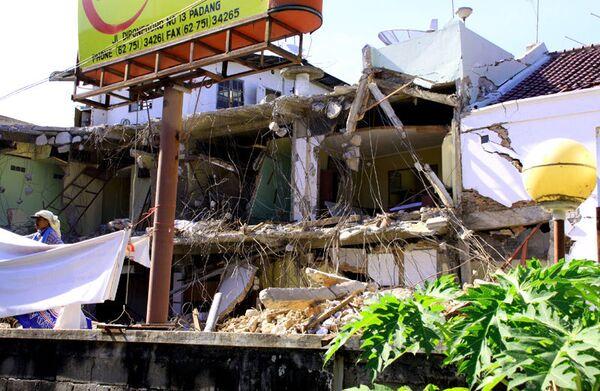 Последствия землетрясения в городе Паданг. Архив