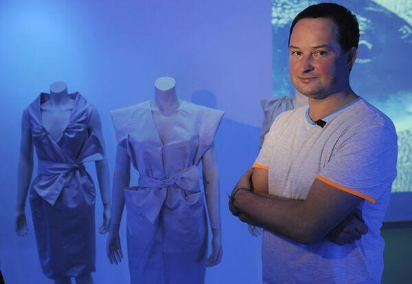 Александр Арнгольдт во время показа своей коллекции в галерее RuArt