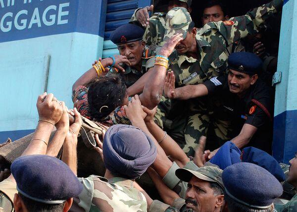 Жертвы столкновения поездов в Индиии