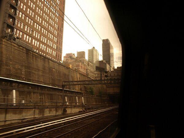 Поезд сошел с рельсов и врезался в стену в Нью-Йорке