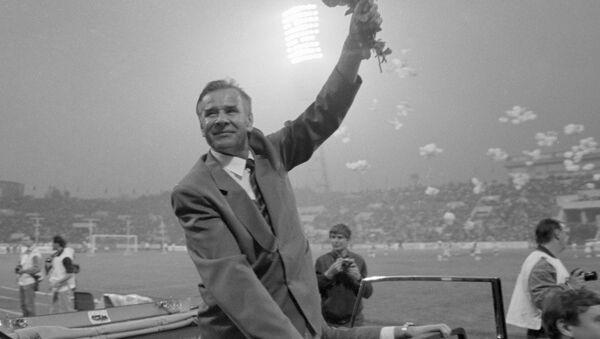 Заслуженный мастер спорта Яшин совершает символический круг почёта по стадиону Динамо. Архивное фото