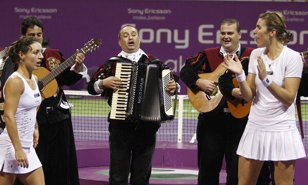 Испанские теннисистки Мария Хосе Мартинес-Санчес (справа) и Нурия Льягостера-Вивес (слева)