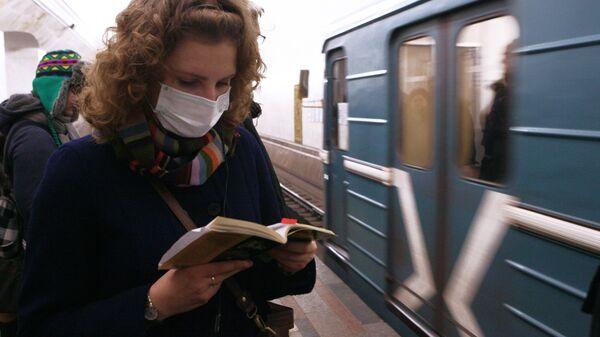 Пассажиры московского метро в защитных масках