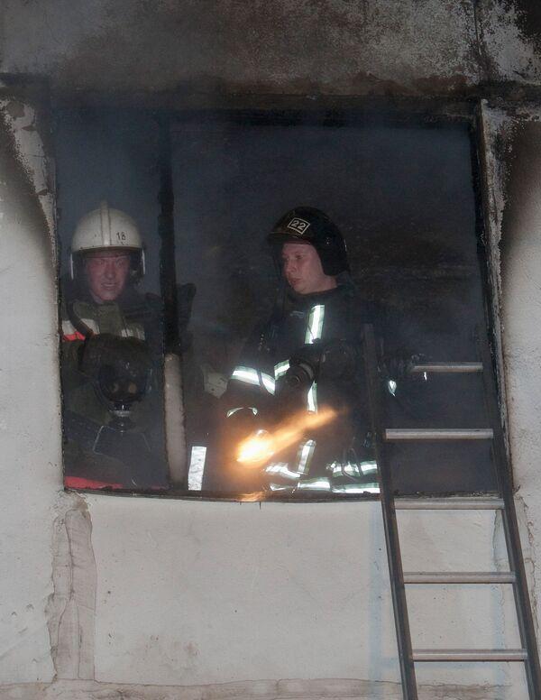 Полиция не исключает, что жилой дом в Риге подожгли наркоманы
