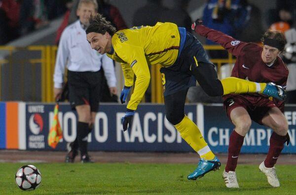 Златан Ибрагимович (в желтом)