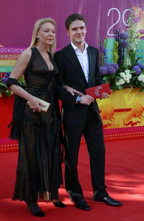 Актриса Алена Бондарчук с сыном Константином Крюковым