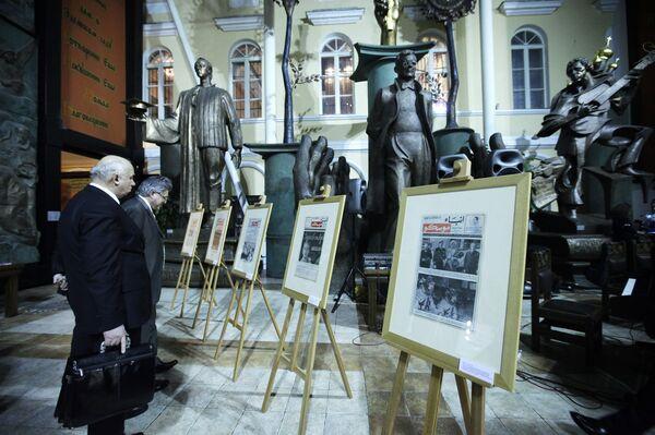 Архивные страницы газеты на презентации первого выпуска Анба Моску