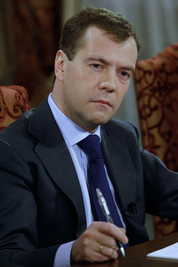 Медведев поручил докладывать ему лично о расследовании подрыва поезда
