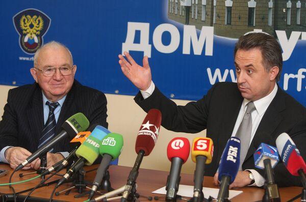 Экс-президент Российского футбольного союза Виталий Мутко и исполняющий обязанности президента РФС Никита Симонян