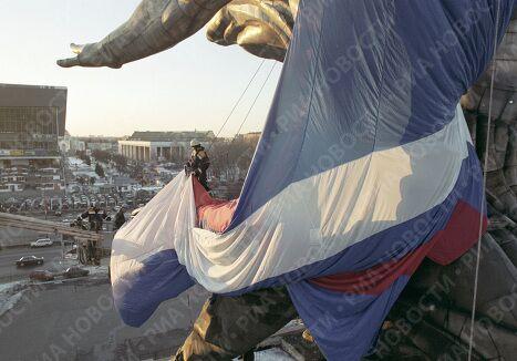 Акция одевания памятника Рабочий и колхозница