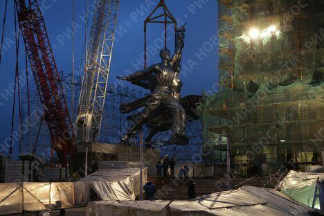 Установка монумента Рабочий и колхозница на ВВЦ