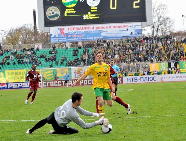 Футболист Кубани Игорь Шевченко (в центре)