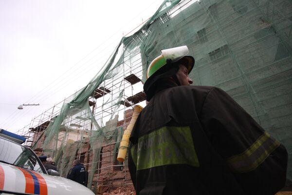 Стена кирпичного здания XVI века обрушилась в Москве на Петровке