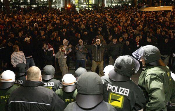 Болельщики Штутгарта протестуют перед офисом команды