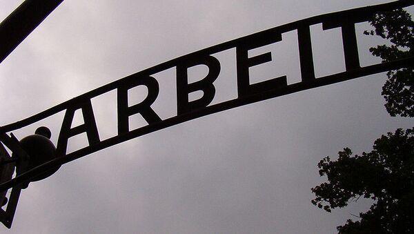 Надпись Arbeit Macht Frei в Аушвице, архивное фото