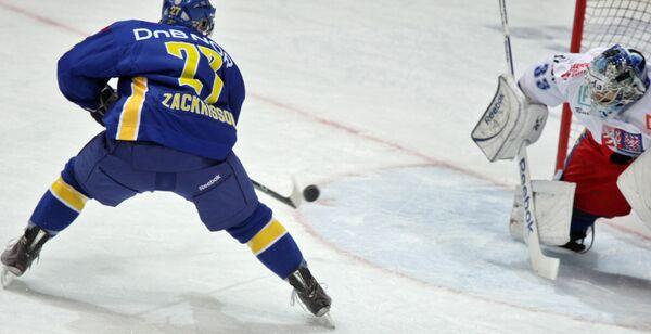 Игрок команды Швеции Патрик Заккирссон у ворот голкипера чехов Якуба Штепанека (слева направо)