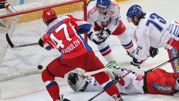 Нападающий сборной России Александр Радулов (в красном) забивает гол в ворота сборной Чехии
