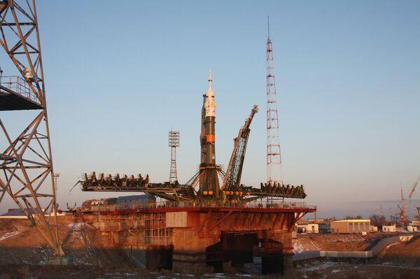 Установка ракеты-носителя Союз-ФГ с транспортным кораблем Союз. Архив