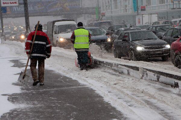 Ожидаемый снегопад все же оказался проблемой для Москвы