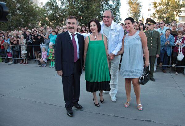 Леонид Каневский и Эмануил Виторган с супругами. Архивное фото