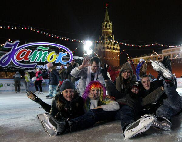 На ГУМ-катке на Красной площади в Москве. Архив