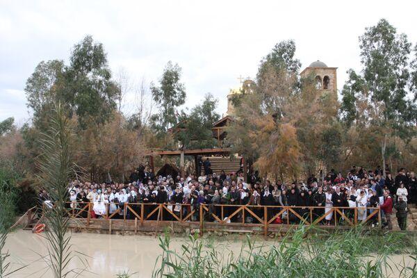 Православные принимают участие в обряде водосвятия на реке Иордан